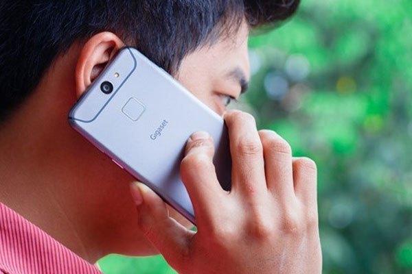 Điện thoại Arbutus Gigaset sử dụng hệ thống loa thoại sử dụng công nghệ gốm áp điện để nghe gọi và cảm biến tiệm cận siêu âm thay cho cảm biến hồng ngoại.