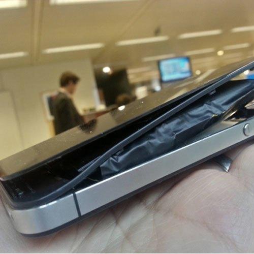 """Không còn nhận ra """"body"""" thật sự của chiếc iPhone vì độ phồng pin đã đạt mức """"kinh dị""""."""
