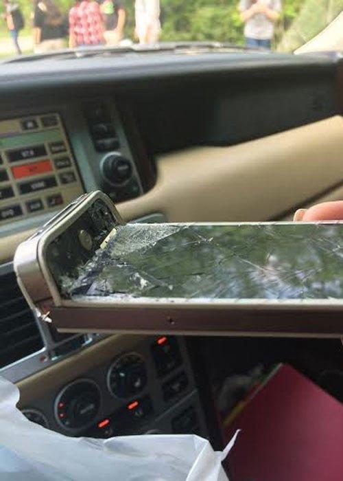 """""""Mình thích thì mình… cong thôi!"""" Và chiếc iPhone này xứng đáng được bình chọn là chiếc máy bị bẻ cong... ấn tượng nhất."""