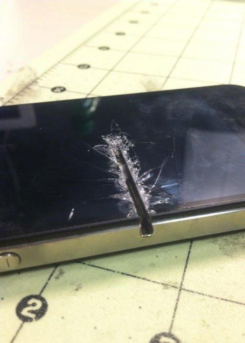 """Đừng trông mong sẽ cứu được """"em"""" iPhone với """"vết thương"""" to đùng trên mặt thế này!"""