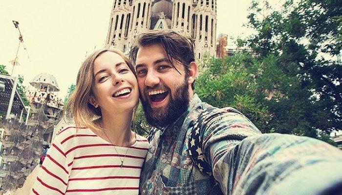 Đây là kiểu dùng điện thoại selfie được các cặp đôi ưa chuộng