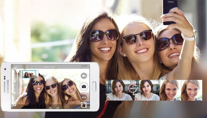 Galaxy A5 mang đến bạn giây phút selfie thoải mái bên bạn bè với những tính năng được nâng cấp