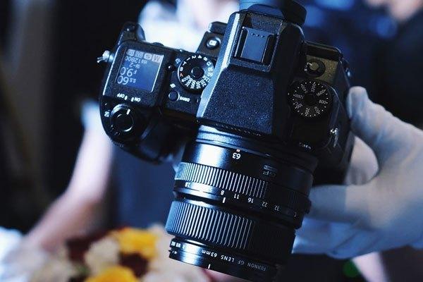 Thiết kế của máy ảnh Fujifilm GFX 50S vẫn mang sự hoài cổ
