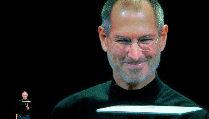 Chiếc Macbook Air được ra mắt vào năm 2008 mỏng đến bất ngờ khi được loại bỏ ổ đĩa quang