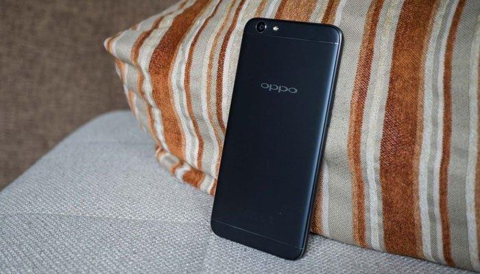 Điện thoại OPPO F1s khoác lớp áo màu đen nhám không bám dấu vân tay