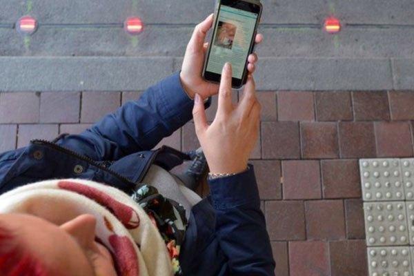 Đèn tín hiệu giúp những người nghiện điện thoại hạn chế nguy hiểm hơn khi mải mê dùng máy