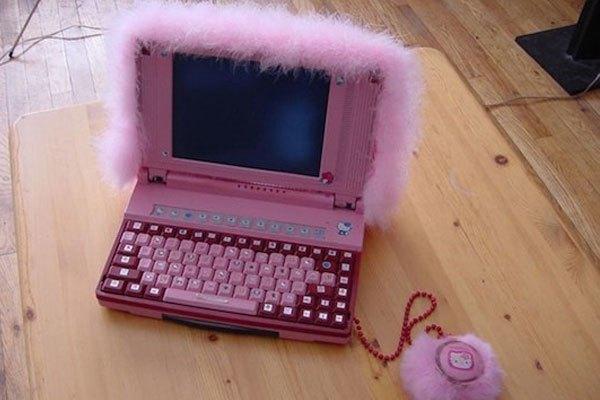 """Fan của Hello Kitti chắc hẳn cũng khó mà chấp nhận được một chiếc laptop """"màu hường"""" với đầy lông lá bao phủ như thế này!"""