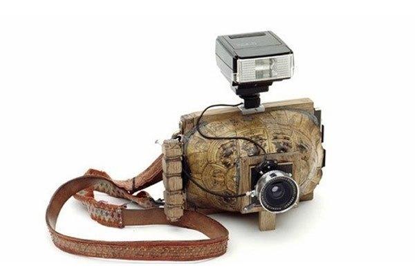 """Mẫu máy ảnh có đầy đủ chức năng như một chiếc máy ảnh thông thường nhưng phần thân máy được chế tác bằng một chiếc mai rùa nhìn rất """"nghệ"""""""