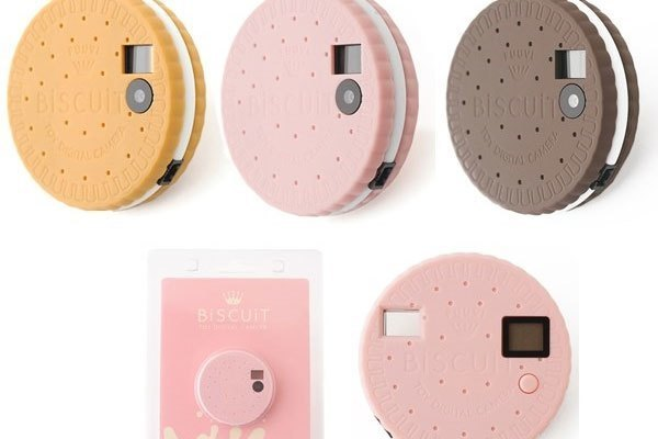 Máy ảnh hình dáng chiếc bánh quy này có tên gọi Biscuit Camera với ống kính độ phân giải 3 MP và bộ nhớ có thể lưu trữ được 1.000 tấm ảnh chuẩn QVGA