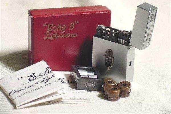 Thoạt nhìn thì giống như một chiếc bật lửa zippo bình thường nhưng đây là mẫu máy ảnh Echo 8 của hãng Suzuki Nhật Bản với ống kính có tiêu cự 17 mm đặt bên thân bật lửa để chụp ảnh