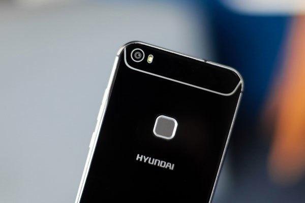 Thiết kế mới giúp tạo điểm nhấn cho điện thoại Seoul S6. Cụm máy ảnh 16 MP kèm đèn flash nằm gọn gàng phía trên. Cụm cảm biến vân tay được bố trí ở mặt lưng