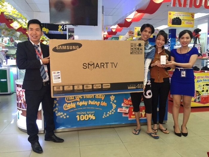 Khách hàng trúng thưởng Smart TV Samsung 48 inch