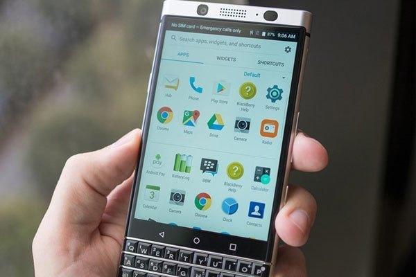 Ngay khi vừa trình làng, BlackBerry Mercury - với cái tên chính thức là DTEK70 - được đánh giá có ngoại hình hơi giống với mẫu Passport Silver Edition.