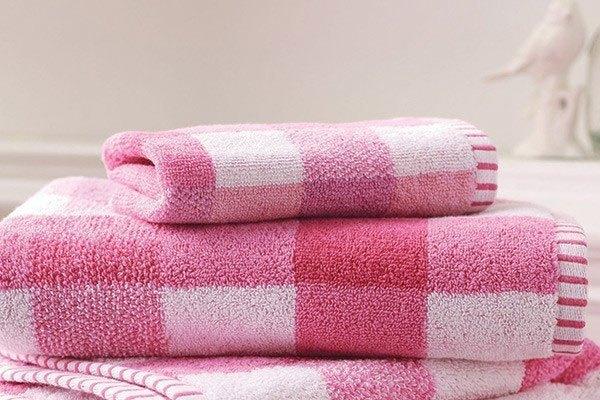 Bạn có biết cách dùng khăn ướt làm phẳng quần áo như khi dùng bàn ủi