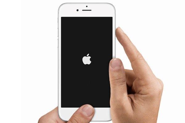 Giữ cùng lúc nút Nguồn và nút Home cho đến khi điện thoại iPhone tắt (Khoảng 7-8 giây). Sau khoảng 1 phút thì khởi động lại bằng cách giữ phím nguồn.