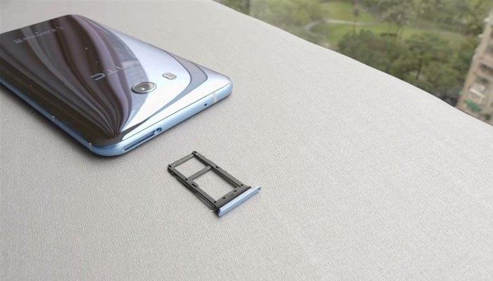 Điện thoại HTC U11 hỗ trợ 2 SIM và khe gắn thẻ nhớ.