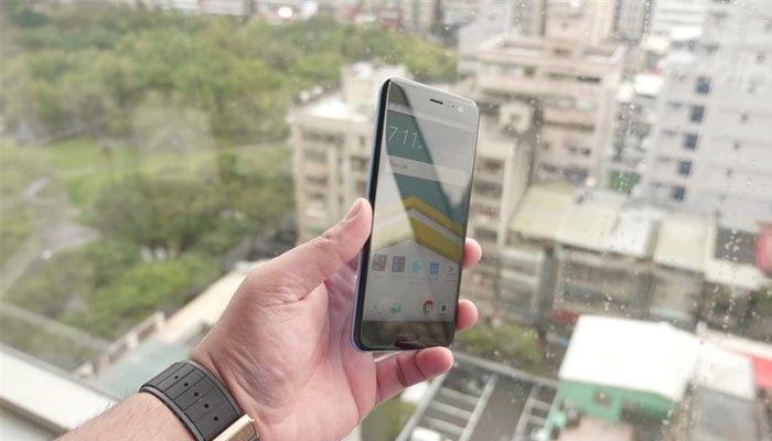 Điện thoại HTC U11 có thiết kế đẹp như nhau ở cả mặt trước và sau.