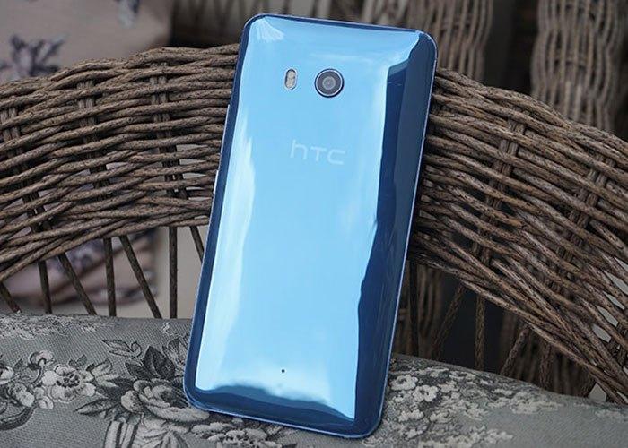 Khi nhìn thẳng, điện thoại HTC U11 mang màu Xanh đậm mạnh mẽ với mặt lưng bóng sáng.