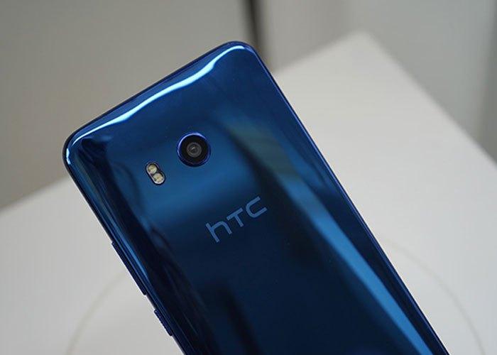 Nhìn ở góc độ này, điện thoại HTC U11 lại có màu Xanh nhớt.