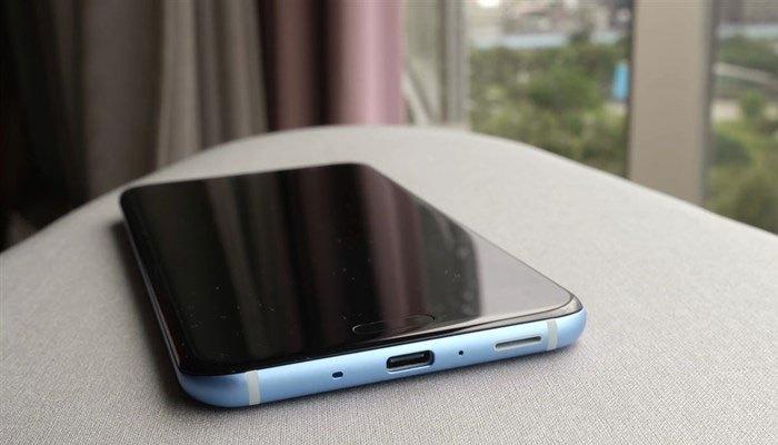 Phần xuất hiện của nhân vật chính - điện thoại HTC U11 đã đến! Có thể thấy điện thoại HTC U11 đã đạt được mức độ hoàn thiện tối ưu.