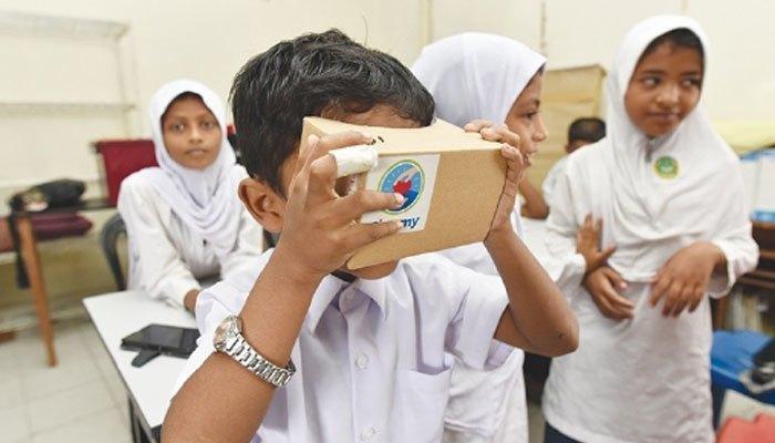 Kính thực tế ảo Google Cardboard đưa các em học sinh đến khắp nơi trên thế giới