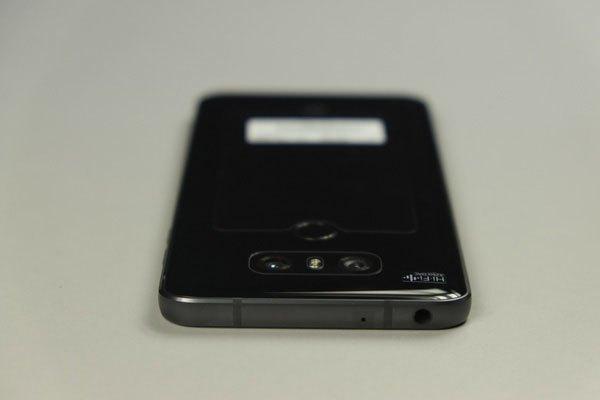 Bên trên điện thoại LG G6 là mic phụ và jack cắm tai nghe và không còn cảm biến hồng ngoại như các điện thoại trước