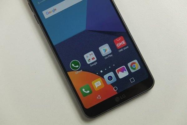 Điểm đáng chú ý nhất ở G6 chính là màn hình. Điện thoại LG G6 có viền màn hình trên và dưới rất mỏng. Do đó mặc dù sở hữu màn hình lên đến 5.7 inch, nhưng kích thước tổng thể của máy chỉ ngang bằng những chiếc máy 5.2 inch