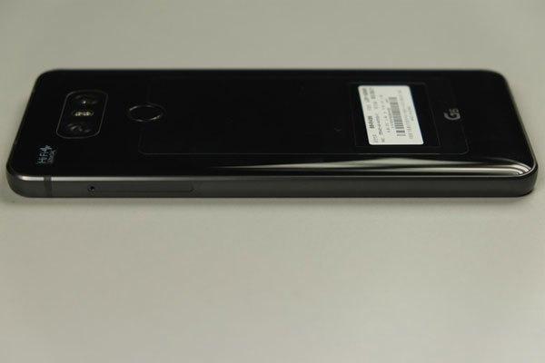 Cạnh phải điện thoại LG G6 là khay SIM