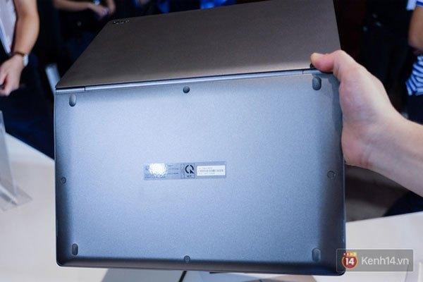 Trọng lượng laptop LG Gram siêu nhẹ, bạn có thể cầm bằng 1 tay dễ dàng