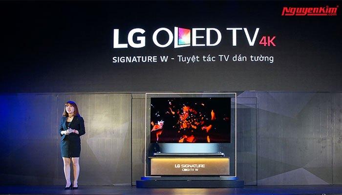 """Ngôn ngữ thiết kế của chiếc tivi này được LG gọi là """"picture-on-wall"""" – hình ảnh trên tường."""