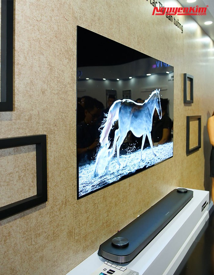 """LG đã giảm thiểu tối đa các chi tiết như chân đế hay giá đỡ và """"dán"""" lên tường tiết kiệm tối ưu diện tích căn phòng"""