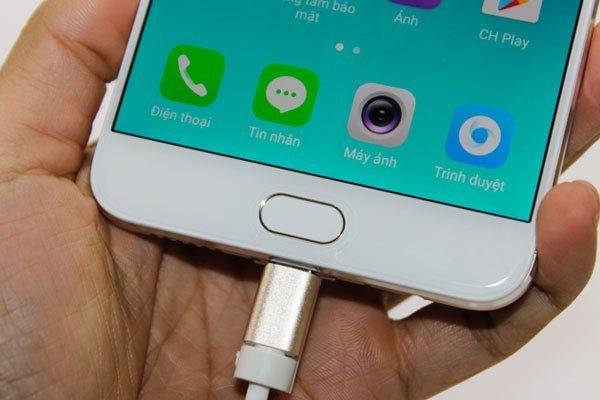 Không chỉ là chuyên gia selfie, điện thoại OPPO F3 Plus còn được trang bị mạnh về cấu hình với cảm biến vân tay một chạm siêu nhạy