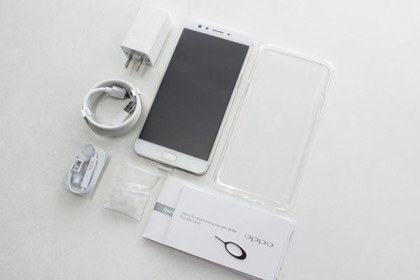 Bên trong hộp điện thoại OPPO F3 Plus