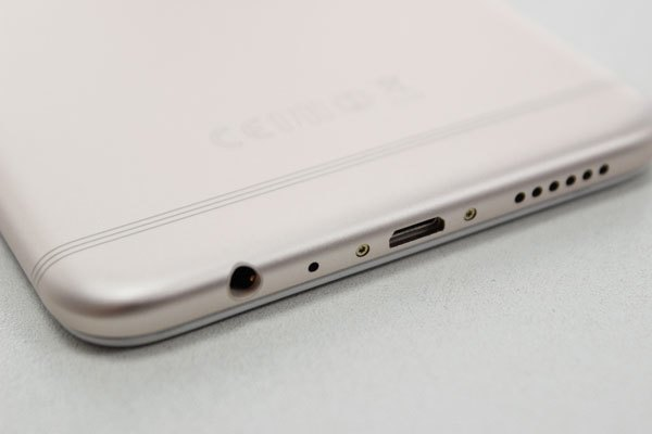 Cổng tai nghe, micro, cổng sạc micro USB và loa ngoài được đặt ở cạnh dưới điện thoại OPPO F3 Plus