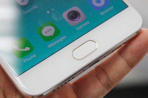 Điện thoại OPPO F3 Plus trang bị cảm biến vân tay được kích hợp trong phím Home cảm ứng thay vì phím Home vật lý như những chiếc điện thoại trước.