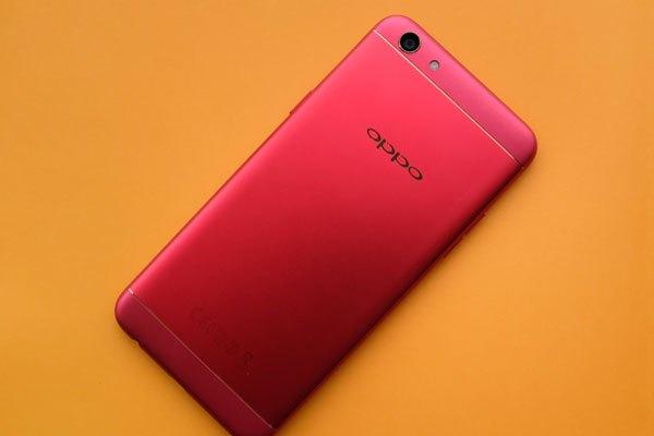 Màu đỏ cùng đường viền kim loại mang đến sự liền mạch tinh tế cho chiếc điện thoại OPPO F3 đỏ