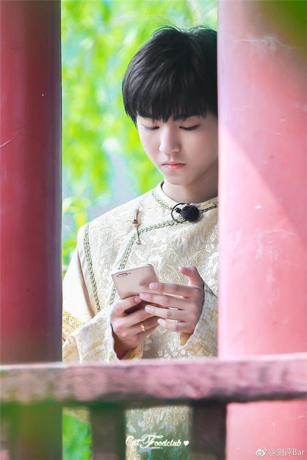 Bóng dáng chiếc điện thoại OPPO R11 trên tay mỹ nam Trung Quốc