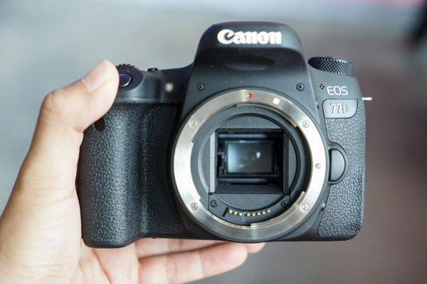 Máy ảnh Canon sở hữu cảm biến APS-C độ phân giải 24,2 MP và có mức giá hiện tại là 23 triệu đồng cho phần thân máy