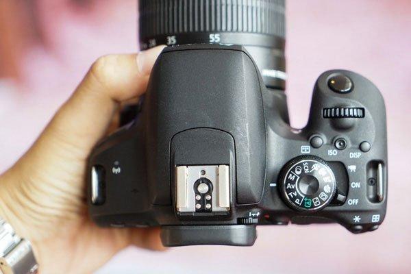 Với mức giá 18 triệu đồng, máy ảnh Canon sở hữu nhiều đặc điểm hấp dẫn như vi xử lý hình ảnh DIGIC 7, cảm biến 24,2 MP, hệ thống DAF, kết nối WiFi, NFC và Bluetooth.