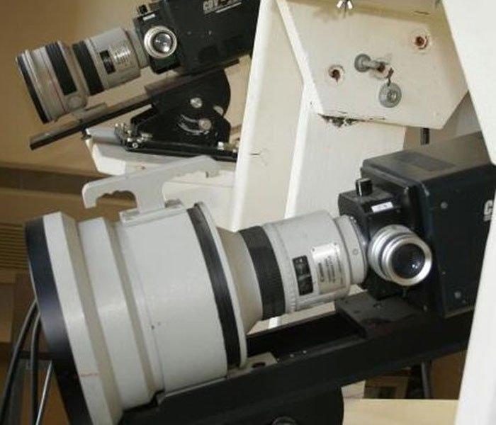 Thấu kính khổng lồ của ống kính Canon 300 mm f/1.8