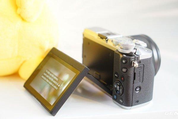 Bạn sẽ dễ dàng chụp ở nhiều góc khác nhau nhờ màn hình có khả năng lật lên/xuống với máy ảnh Canon