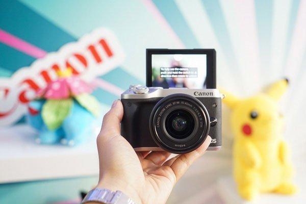 Lật ngược màn hình máy ảnh Canon ra trước để selfie thả ga với nhóm bạn
