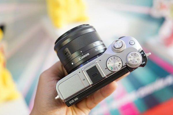 Dễ dàng điều khiển máy ảnh Canon với các nút bấm đơn giản và trực quan