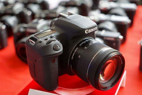 Báng cao su của máy ảnh Canon được thiết kế lại giúp người sử dụng không bị cấn và êm ái trong suốt quá trình sử dụng