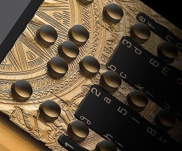 Bên trong thân máy được chế tác tinh xảo bằng các phương pháp thổi hạt thủy tinh và phủ vàng 24k, các nút bấm và màn hình được làm từ tinh thể sapphire cao cấp, Mobiado Professional 3 GCB Dong Son Antique được trang bị 2 SIM, màn hình QVGA 2,4 inch, khe cắm thẻ nhớ microSD, camera trước sau, trình duyệt web, email, Bluetooth 3.0.