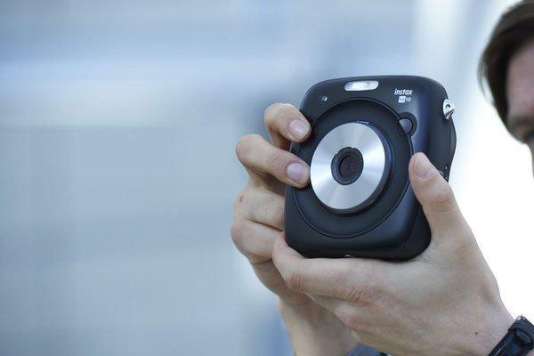 Bạn nghĩ sao về chiếc máy ảnh Fujifilm INSTAX SQUARE SQ10 này?