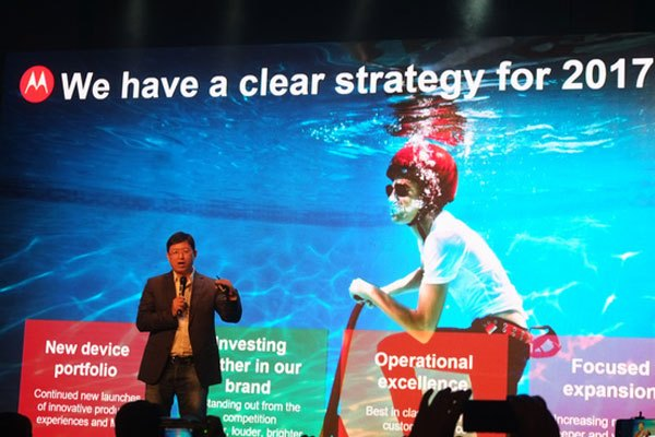 Người đại diện Motorola đã có mặt và chia sẻ thêm những thông tin về chiếc điện thoại cũng như hướng phát triển của hãng trong 2017