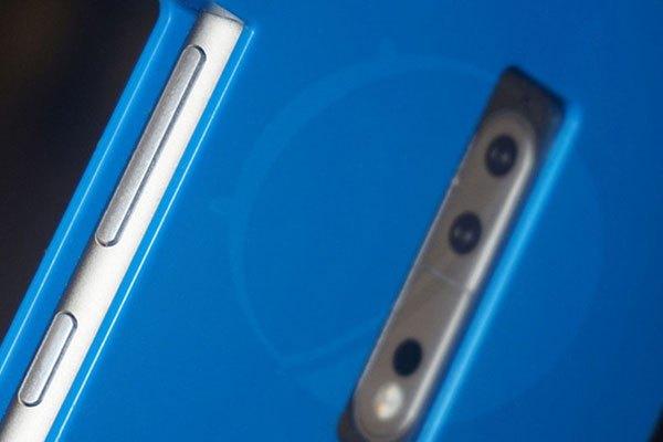 Chiếc điện thoại Nokia 9 có ốp lưng bảo vệ khá nổi  bật