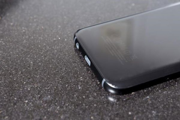 Khả năng chống nước, chống bụi trên chiếc điện thoại này không hề thua kém Galaxy S7