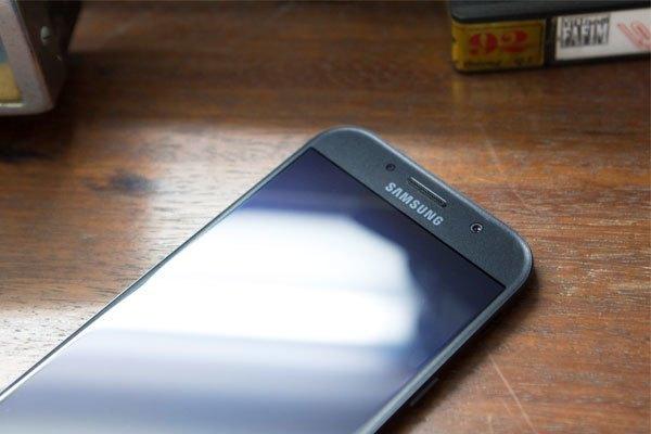 """Cấu hình """"khiêm tốn"""" nhưng điện thoại Galaxy A3 2017 vẫn được trang bị nhiều tính năng hiện đại như chống nước"""